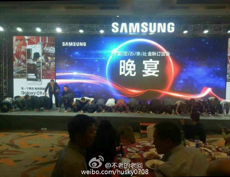 samsung-china-kneeling